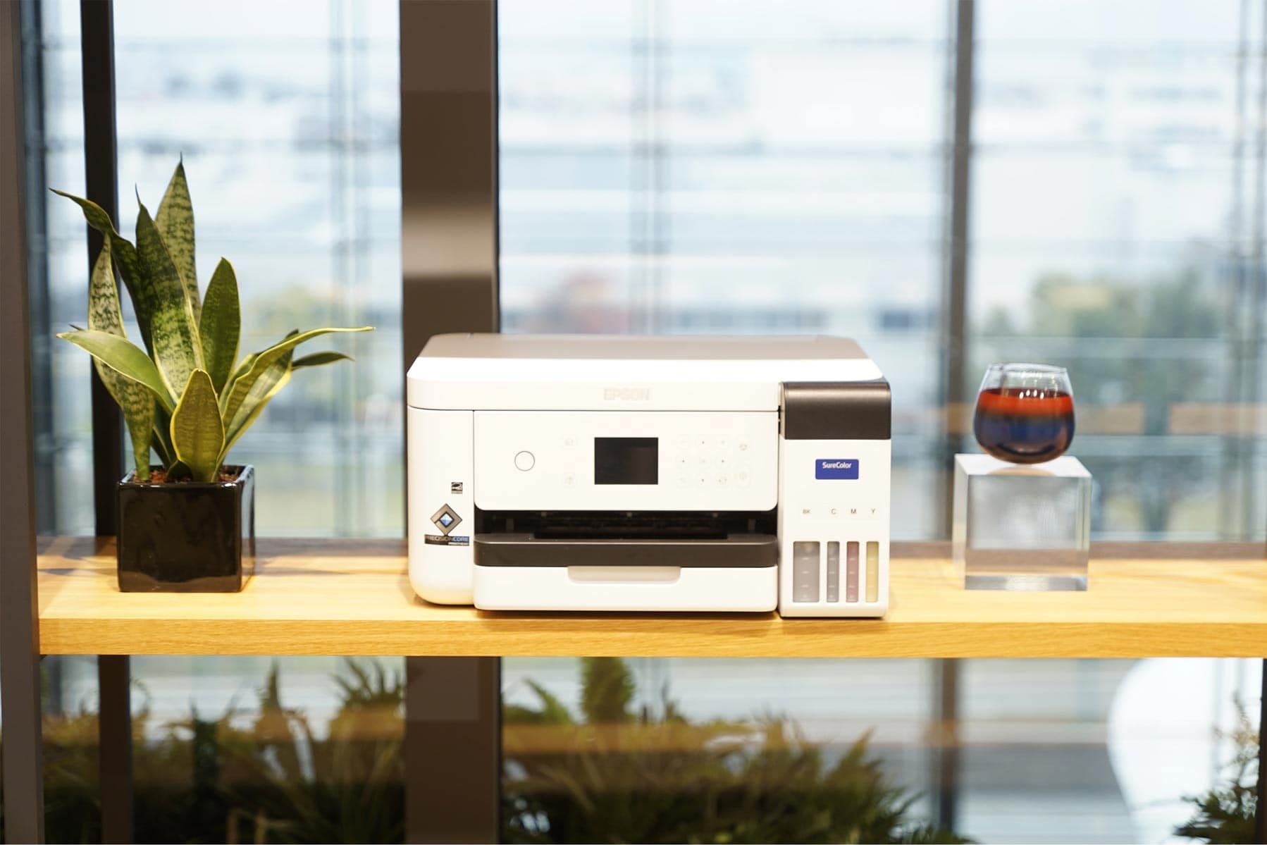 Mit dem Epson SC-F100 Tassen, Mousepads, Mundschutz, T-Shirts und Caps bedrucken.